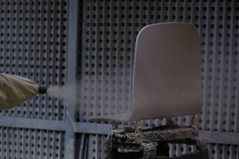 Lacado de silla en fabricante de mobiliario INOU