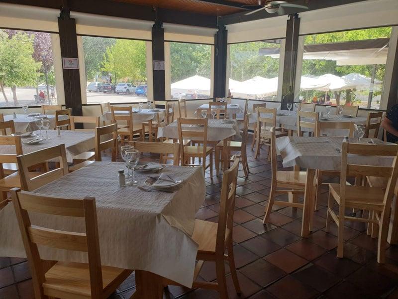 Sillas madera hostelería Inou Restaurante Riofrío Loja